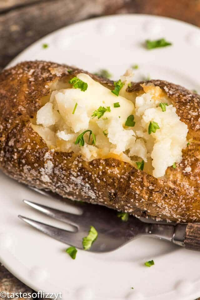 Wondering How Restaurants Get Those Perfectly Baked Potatoes Here S The Hints On To Make Best Oven With Salty Crispy Skin