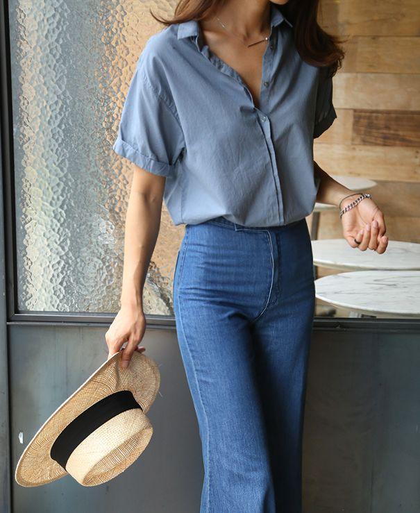 Total look jean : chemisier en jean à manches courtes et pantalon taille haute en jean, jambes évasées. Chapeau au large bord avec tissus noir.