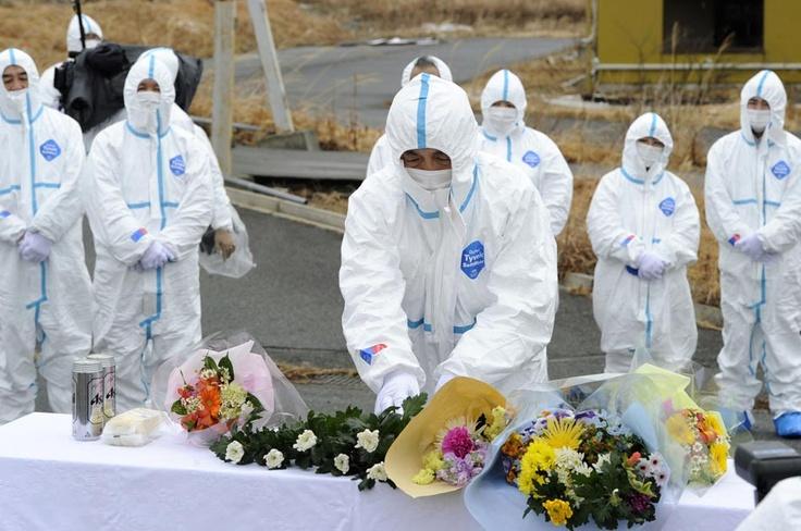 En la zona de exclusión, prefectura de Fukushima, dolientes de quienes fallecieron los recuerdan.