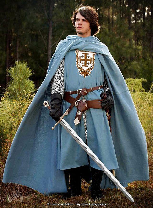 Das Wappen dieses helblauen Überrocks aus schwerer Baumwolle geht auf den Kreuzritter Gottfried von Bouillon zurück, der es erstmals 1099 als Wappen für das von ihm gegründete Königreich Jerusalem verwendete. Es wurde aufwendig in Handarbeit aufgearbeitet.
