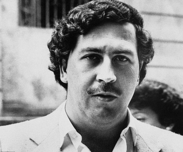 Pablo Escobar fue un influyente contrabandista de cocaína. Monopolizó más del 80% del cártel de la droga en Colombia a los Estados Unidos. Con sus miles de millones de dólares de dinero de la droga, Escobar devolvió a la comunidad al iniciar organizaciones de fútbol, iglesias, escuelas y hospitales. Finalmente se rindió al gobierno colombiano y fue trasladado varias veces porque continuó operando su negocio de drogas y eventualmente escapó de la prisión.