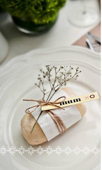 Stijlvol gedecoreerd broodje | Tafeldek-tips: http://www.jouwwoonidee.nl/feestelijke-tafel-dekken-met-eigen-accessoires/