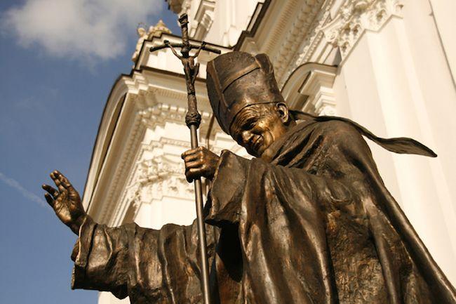 Wadowice, la ville natale de Jean-Paul II  DIAPORAMA : TOUR DU MONDE DES 20 STATUES DE JEAN PAUL II  http://www.lumieresdelaville.net/2014/04/27/tour-du-monde-des-statues-de-jean-paul-ii/  #canonisationsRome2014 #canonisations #vatican #canonization