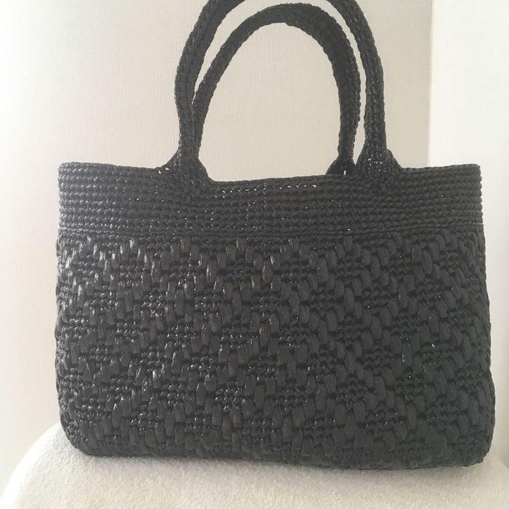 格子模様のトートバッグ完成✨ A4のファイルを入れてみました。マチもたっぷり大きめサイズだけど軽い〜かっちり長方形底 30×11×24cm #スズランテープ #ビニールひも #ハンドメイド #手編み #かぎ針編み #トートバッグ #オリジナル