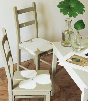 Chaises en bois peintes de feuilles d'arbres grâce à des gabarits en papier