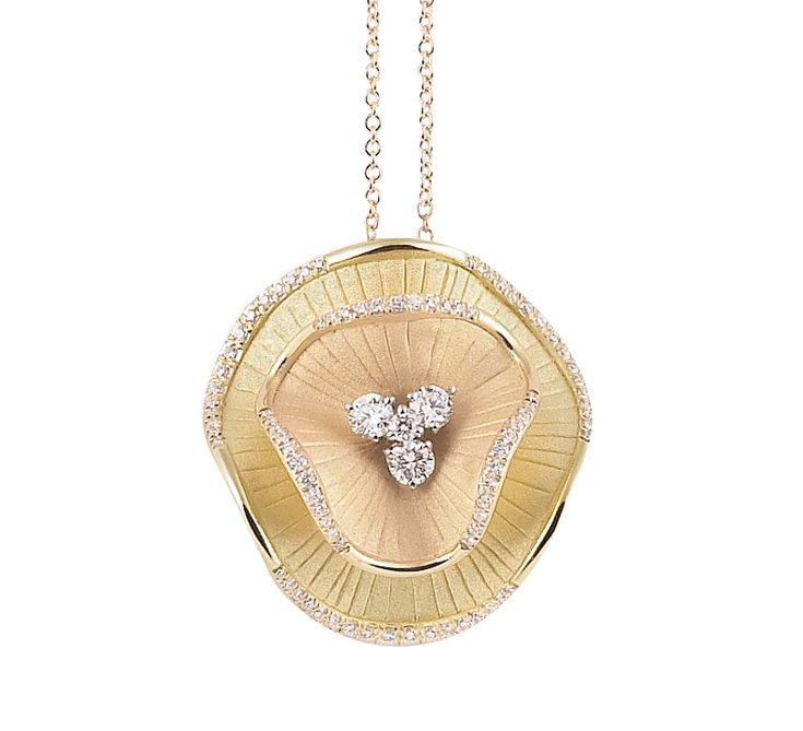 Этот красивый аксессуар создан для нежных натур. Цветочная тематика в золотых украшениях – мода, которая не меняется годами. Восхитительная подвеска усыпана бриллиантами, которые напоминают капельки росы на лепестках. Предлагаем к этому изделию кольцо из этой же коллекции.
