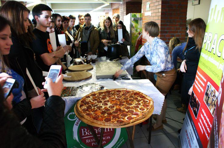 Największa pizza w mieście - 70cm! - cieszyła się tak dużym zainteresowaniem, że nie odbyło się bez sesji fotograficznej. W końcu gwiazda takiego formatu ma swoje prawa ;-)