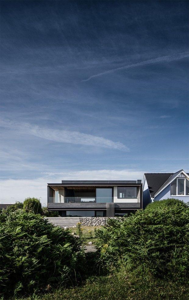 Entre o céu e o mar, um lar moderno. Casa erguida em penhasco tem belas vistas