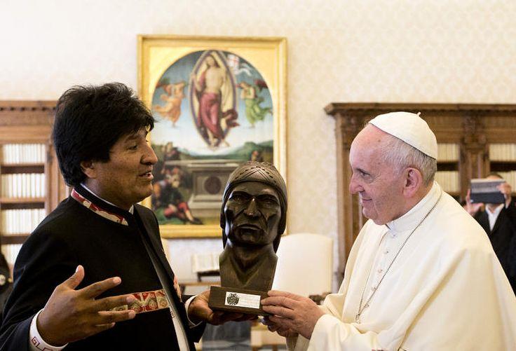 """Guter Rat: Boliviens Präsident Evo Morales hat Papst Franziskus das Kauen von Coca-Blättern empfohlen, aus denen Kokain gewonnen wird. Er tue das selbst, und ihm gehe es sehr gut, sagte Morales bei einer Audienz im Vatikan. """"Ich rate Ihnen, davon zu nehmen, das wird Ihnen helfen, ihren Lebensrhythmus durchzuhalten"""", sagte er vor Journalisten zum Papst. Mehr Bilder des Tages auf: http://www.nachrichten.at/nachrichten/bilder_des_tages/ (Bild: AFP)"""