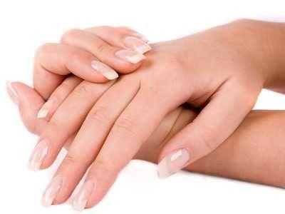Membersihkan Kuku - Berikut ini ada beragam cara membersihkan kuku kaki dan tangan panjang bagian dalam yang kotor dan hitam karena kutek atau kotoran secara alami.