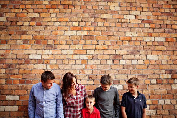 40+ Simple Family Photography Ideas | AntsMagazine.Com - love the texture of the brick, but not a fan of how everyone is looking away from the camera.