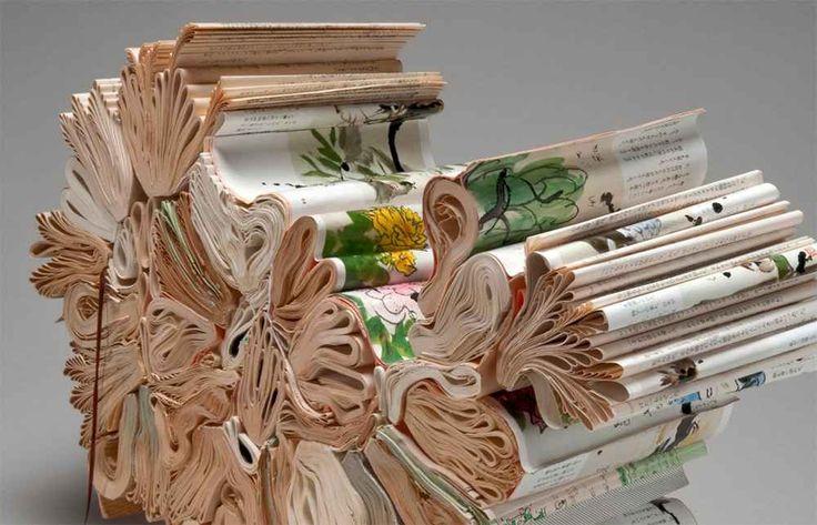 Jacqueline Rush Lee che trasforma quasi per magia i libri vintage in affascinanti sculture di carta Jacqueline Rush Lee è originaria dell'Irlanda del nord ma vive alle Hawaii. Le sue sculture naturalmente, sono influenzata dalla bellezza del paesaggio tropicale che circonda il suo studio. Così tra  #arte #scultura #carta #libri