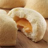 This bread is stuffed creamy filling of melon from Hokkaido. 富良野グルメ工房 こだわりメロンパン