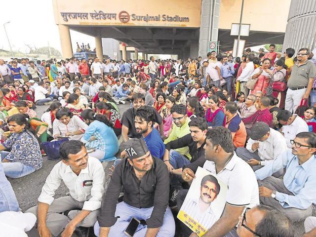 Delhi: School closed after stabbing incident as teachers go on strike #PollKhol