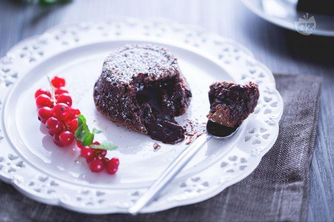 Il tortino di cioccolato con cuore fondente è un dessert facile e veloce in monoporzione, una golosa tentazione dal cuore morbido e cremoso.