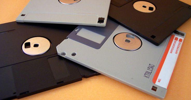 ¿Cuál es la función de un disquete? . Los discos flexibles en su mayoría han sido reemplazados por otras formas de almacenamiento de archivos como unidades de CD/DVD-ROM y la común unidad flash USB, pero muchos equipos aún pueden almacenar y acceder a la información utilizando la tecnología antigua de la unidad de disco.