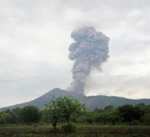 Nicaragua : Panaches de cendres au dessus du volcan Telica