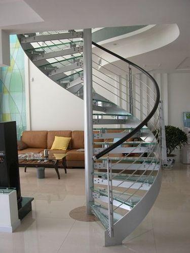 Escalier circulaire  structure en métal  marche en verre  à limon