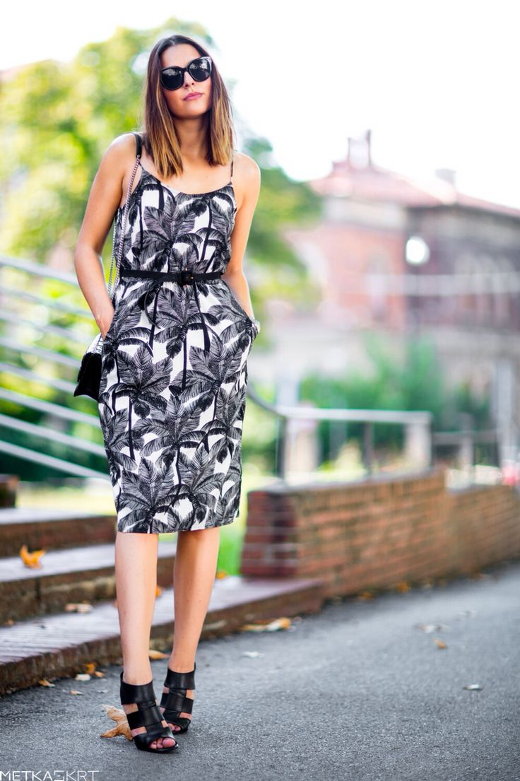 Tropical dress, statement black leather sandals... Summer fashion that is easy worn in Autumn ✨