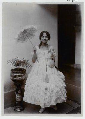 Petronella Johanna Antoinetta Foltynski, seorang gadis Indo Eropa  dalam kostum pesta topeng. Bandoeng 1920-1925