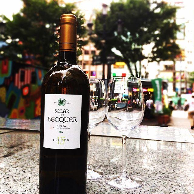 SOLAR DE BECQUER/ソラール デ ベッケル Bodegas Benito Escudero SPAIN/Rioja 50%Viura,50%Chardonnay 緑がかったペールイエロー。熟した果実の香りが凝縮しており、樽由来のスパイスを感じます。 舌触りはクリーンで滑らか。 口に含むとボリュームがあり、かつ酸とのバランスが取れたワイン。 Follow us on!! →@spainbarrefrain #新宿Refrain#スペインバル#バル #お洒落#隠れ家#パーティー #スペイン料理#新宿#ディナー #ワイン#カクテル#酒 #女子会#飲み会#ビール #パエリア#ラムチョップ #デート#肉#記念日 #party#bar#dinner #wine#cocktail#happy #paella#love #date#anniversary