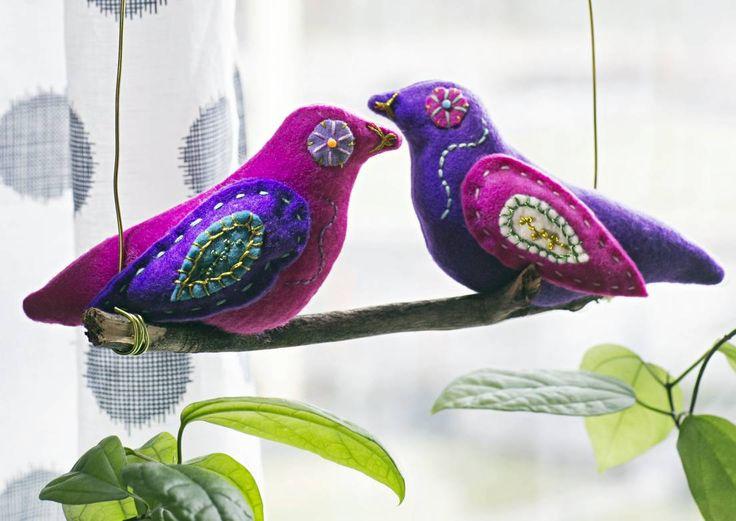 Ompele huovasta värikkäät linnut ja kiinnitä ne oksalle. Valmis mobile pyörähtelee ihanasti ikkunalla. Katso Unelmien Talo&Kodin lintumobilen ohje.