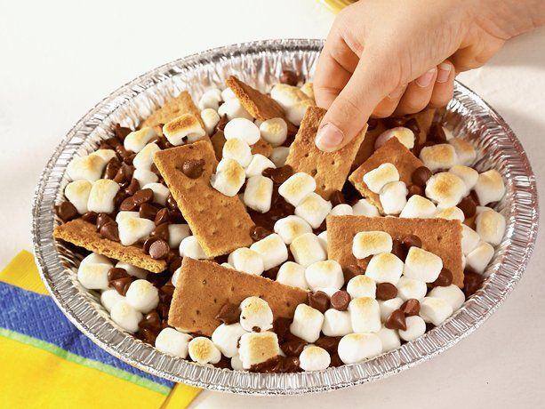 s'mores nachos: Camps Treats, Nachos Recipes, Sweet Treats, Chocolates Sauce,  Chocolates Syrup, S More Nachos, Smore Nachos, Graham Crackers, Camps Desserts