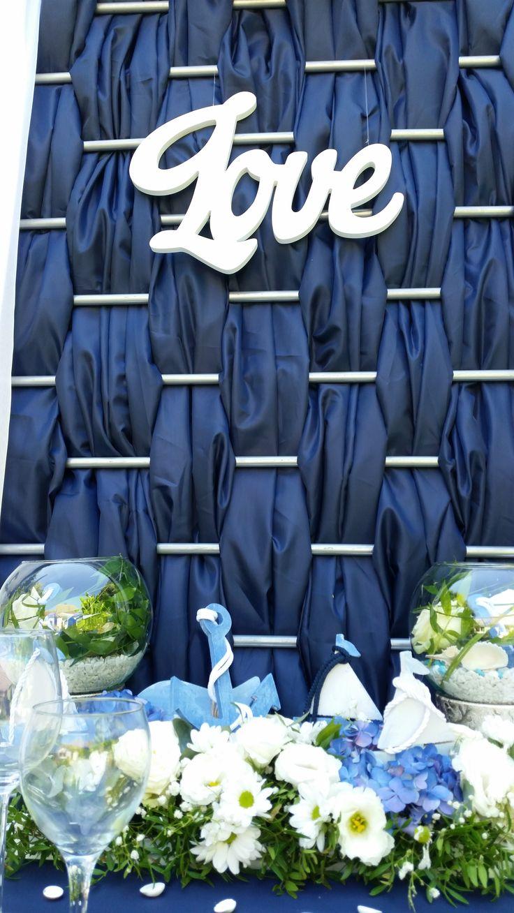 A navy színű fűzött háttér, a tenger hullámzását idézi az esküvődön is!