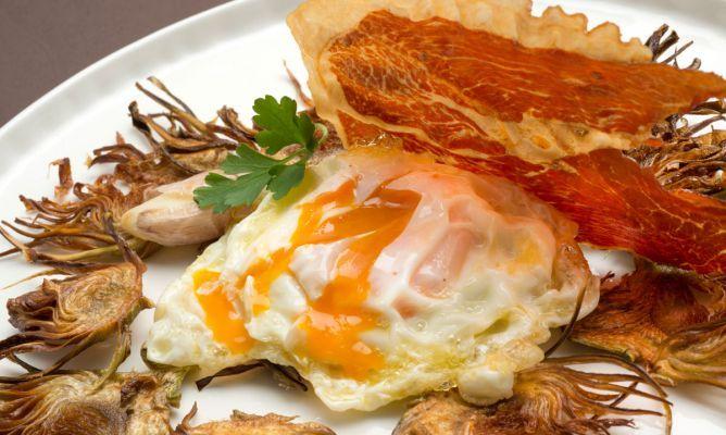 Receta de Huevos rotos con chips de alcachofa