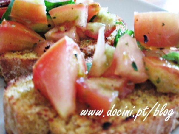 Receita Entrada : Tiborna de broa de milho com tomate e manjericão de Docini///Uma entrada muito simples, fresca e saborosa com sabores bastante mediterrânicos. Como não gosto muito de tomates maduros, usei um tomate não muito maduro e com uma consistência mais rija. Mas quem goste de tomates bem maduros, pode usar que liga muito bem com o manjericão e o azeite. É uma entrada com uma sabor bastante fresco e saboroso. Se não tiver broa, use fatias de pão alentejano ou saloio.