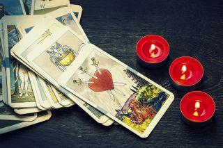 """Mitä tarot-kortit lupaavat kesäkuulle? """"Oinas kohtaa yllättävän henkilön, kalat käyvät kuumana rakkaudessa"""""""