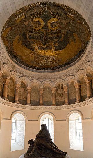 """""""Germigny-des-Prés - Église de la Très-Sainte-Trinité 07"""" autorstwa Pymouss - Praca własna. Licencja CC BY-SA 4.0 na podstawie Wikimedia Commons"""