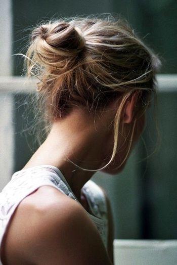 うなじを美しく見せて、おくれ毛で少しくずしたイメージに。かちっとしすぎないまとめ髪には、おとなの女性の優しさが感じられますね。