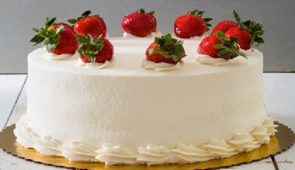 A Receita de Bolo de Morango Fácil e Barato é sensacional. O bolo leva somente 4 ingredientes, é barato e muito fácil de fazer. O recheio é uma mistura de