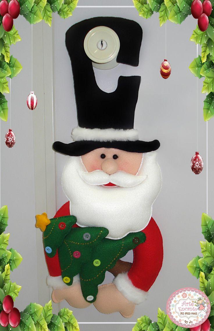 ? Papai Noel porta maçaneta, confeccionado em feltro e tecido 100% algodão, com detalhes da arvore em botão e brilho. Lindo e charmoso para enfeitar sua porta e alegrar a todos neste natal! A peça mede aproximadamente 50X21 cm