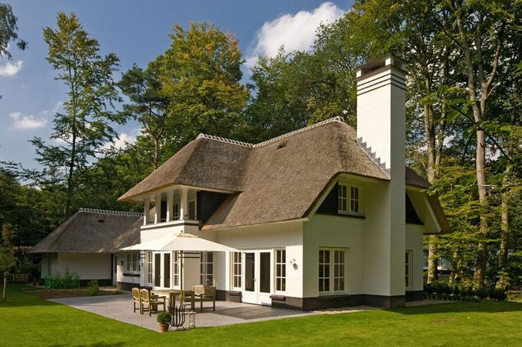 Prachtige rietgedekte villa grote schoorsteen als for Grote villa