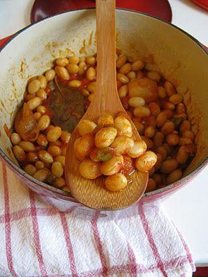 Cocos de Paimpol à la bretonne / Ingrédients : 400 g de coco de Paimpol écossés,1 gros oignon, 250 g de tomates fraîches, 2 gousses d'ail,1 feuille de laurier, 1 petit poivron vert ,,1 L de bouillon de volaille