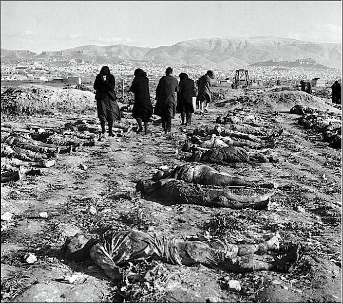 Συγγενείς αναγνωρίζουν τα πτώματα των οικείων τους, αμέσως μετά τα Δεκεμβριανά. Σύμφωνα με κυβερνητικές πηγές πρόκειται για θύματά του ΕΛΑΣ και της ΟΠΛΑ. Σύμφωνα με αριστερές πηγές πρόκειται για βρετανική προβοκάτισα.