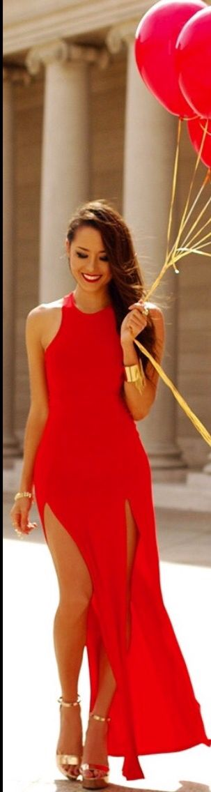 Amazing styling in this double slit maxi dress. And I want red balloons to take picture with, too