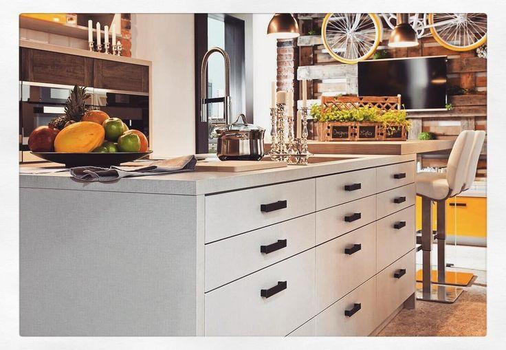 Ceglane ściany surowe drewno metalowe elementy i minimalistyczna paleta barw - miks tych cech tworzy niepowtarzalny klimat za który uwielbiamy kuchnie w industrialnym stylu!  Perfekcyjnie sprawdza się zarówno w sporych apartamentach jak i kameralnych kawalerkach  W naszym poradniku zebraliśmy dla Was kilka inspiracji i pomysłów związanych z aranżacją kuchni w tym stylu - sprawdźcie! LINK W BIO#bogaccypl #kuchnie #nowakuchnia #inspiracja #inspiracje #inspiration #pieknakuchnia #mojakuchnia…