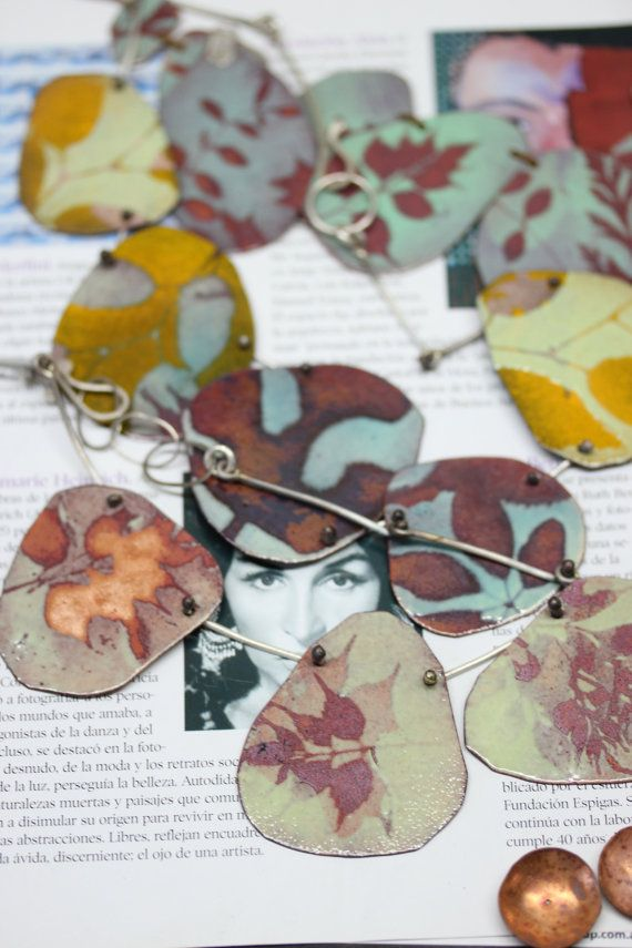 Unique et un dun collier de type déclaration inspiré de lunivers naturel en y incorporant des silhouettes de feuilles différentes en cinq