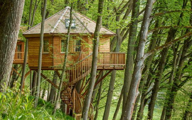 Natürlich: Baumhaushotel Seemühle Mitten im Naturpark Spessart steht das Baumhaushotel Seemühle. Hier kann man zwischen sechs verschiedenen Themen-Häusern wählen – vom kleinen Schloss bis zum englisch-gemütlichen Cottage.