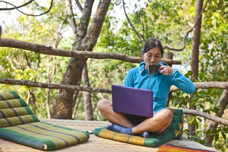 Stufi della scrivania? Non più. Grazie all'attività freelance online, alla tecnologia mobile e agli spazi di coworking, sempre più persone si guadagnano da vivere on the road. Per questi 'nomadi digitali' il mondo è un'occasione di lavoro e l'ufficio può trovarsi ovunque.