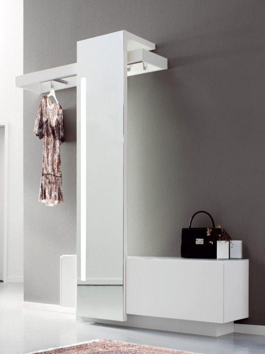 В коллекции «Nexus» от «Sudbrock Möbelwerk» представлено большее разнообразие предметов мебели. Причем даже у замой узкой тумбы верхняя полка достаточно вместительна, а часть одежды можно аккуратно спрятать за зеркалом.