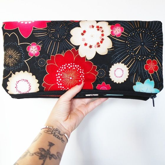 "Image of Clutch ""pretty fashion"" nera con fiori di ciliegio rossi e azzurri"