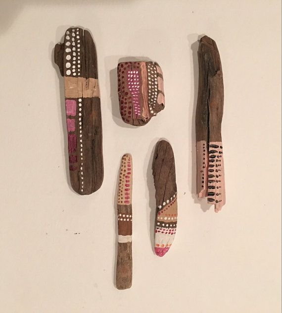 Lot de 5  Allant d'environ 0,5 à 4 pouces de longueur  La miniature « Bâtons esprit » aimer recueillies dans du colorado sud-ouest magique, le plus souvent de bois flotté lissé par la rivière Animas. Ils sont soigneusement personnalisé à la main, peint à l'aide de couleurs vives et pastels, avec ajout de motifs géométriques et des points pour passer une bonne allure chic tribal.  Ils sont nettoyés avec des encens et de cristal de quartz pour ajouter de l'énergie et éventuellement quelques…
