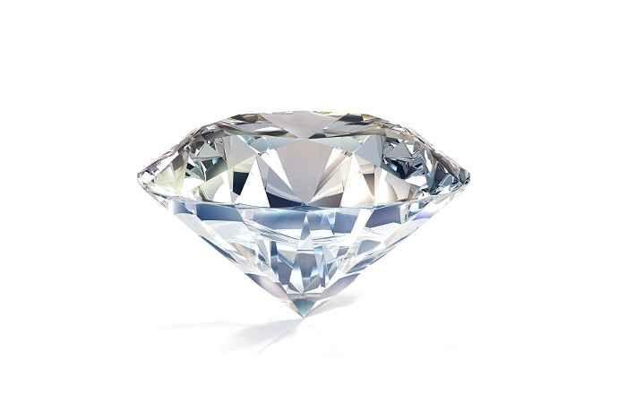 Tagliare un diamante senza il laser Per tagliare un diamante oggi si utilizza il laser. Ma una volta veniva fatto manualmente, secondo una tecnica specifica:  dopo aver fissato il cristallo grezzo con un apposito mastice e aver inciso  #tagliare #diamante #senza #laser