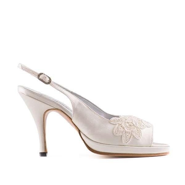 Ivory sandal van Paoul - Slingback bruidsschoen met open teen in ivoorkleurig satijn met plateauzool en kanten bloem