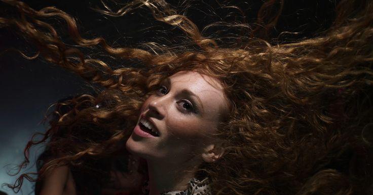 Cómo hacer que el cabello crezca más rápido de forma natural.. Los mechones largos y sedosos que ondean al viento son el sueño de toda mujer. Lamentablemente, el pelo no puede pasar de corto a largo de la noche a la mañana; necesitas mucha paciencia para cumplir tu sueño de una cabellera larga. Si bien dejarlo crecer es un proceso lento, hay algunas cosas que puedes hacer para que crezca más grueso, más ...