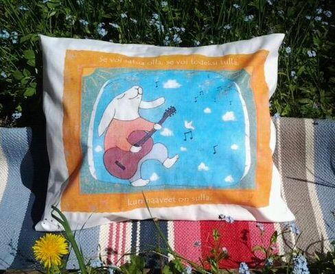 Kitaristi haaveilee tyynyliina on yksi monista Anu Pellisen Gepetolle kuvittamista tyynyliinoista. Liinat saa aina niille suunnitellussa kauniissa kierrätyskartonkisessa pakkauksessa joka kulkee kirjeenä postissa. #habitare2014 #design #sisustus #messut #helsinki #messukeskus